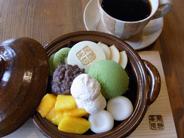 茶色い土鍋にアイスや白玉などが盛り付けられているパフェの写真