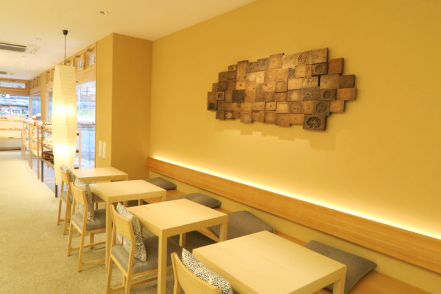 壁に和菓子の木型が飾られた特徴的なカフェスペースの写真