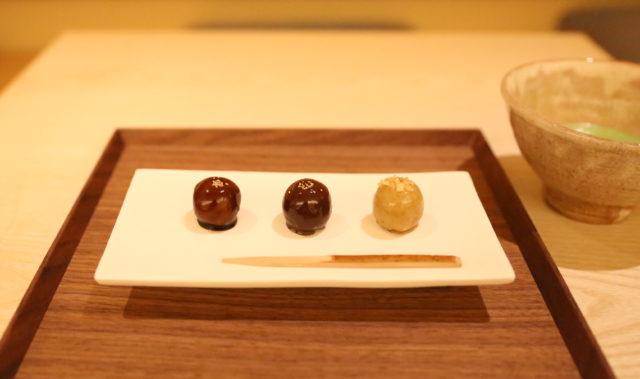 丸くかわいらしいフォルムの和菓子が3つ等間隔に白い長方形の皿に盛り付けられている写真