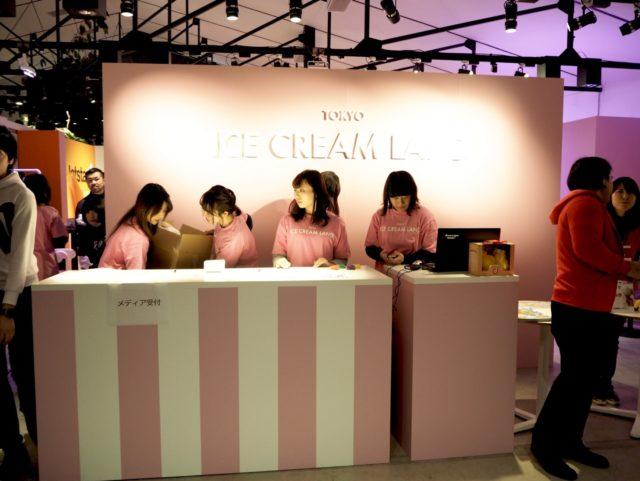 ピンクと白の受付に「TOKYO ICE CREAM LAND」と書かれたピンクのTシャツを着た女性スタッフが5名いる写真