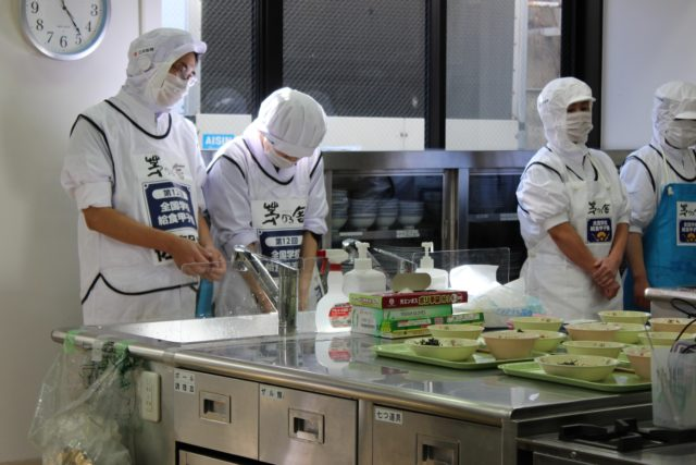 調理を終え腕を組んで待っている選手や、シンクで洗い物をしている選手の写真