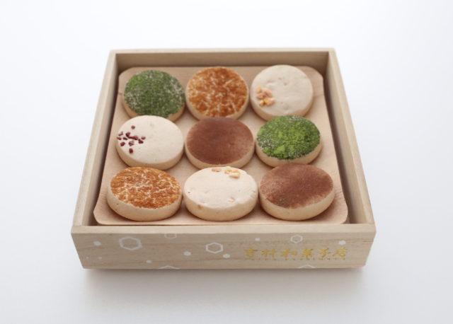 立派な木箱に入った、9個1セットの和菓子の写真