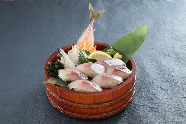 桶に入った寿司