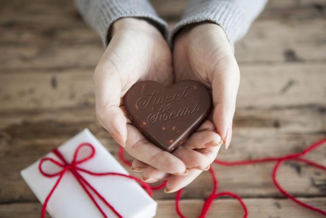 手にハート型のチョコレートを持っている写真