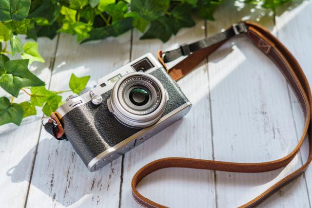 白い木の板の上にカメラが置かれている写真