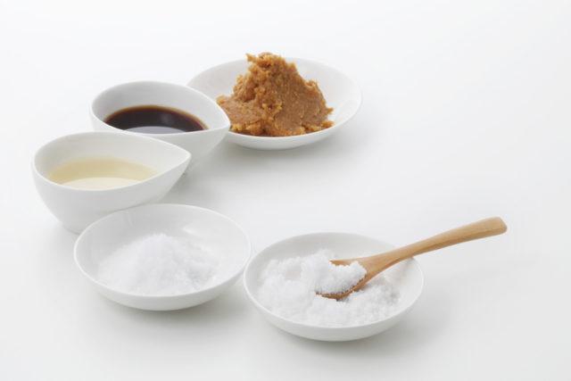 白く丸い小皿に砂糖、塩、酢、醤油、味噌が入れてあり、三日月形に配置されている写真
