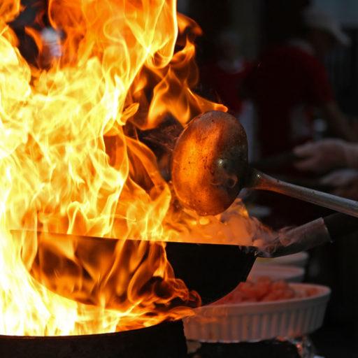 中華鍋が炎に包まれている写真