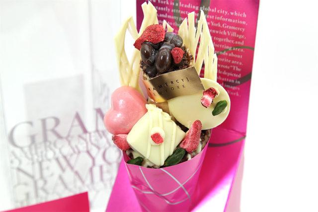 ピンクの紙に包まれた花束のようなチョコレートの写真