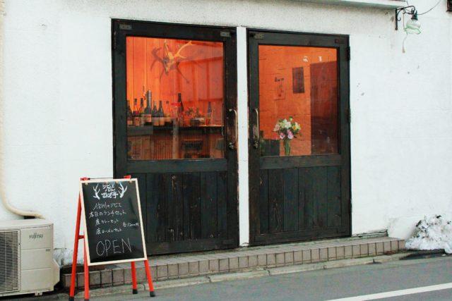 白い壁に焦げ茶色の大きな観音開きの扉の店構えの写真