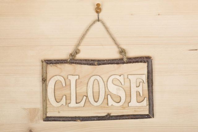 CLOSEと書かれた木の看板の写真
