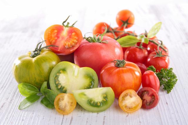 色鮮やかなトマトが集まった写真