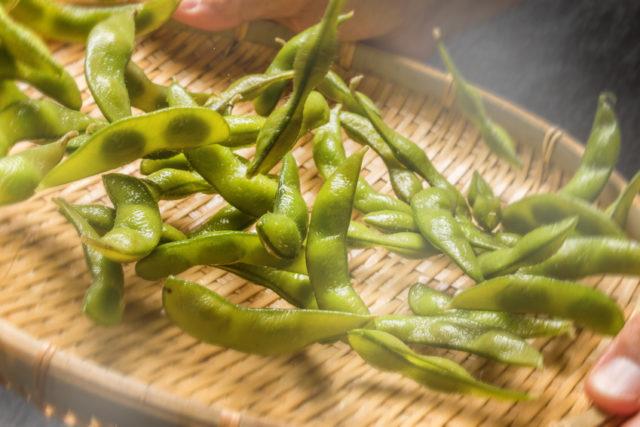 ゆで上げられた枝豆の写真