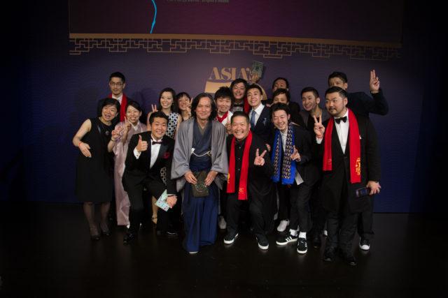 タキシードや着物など正装姿の日本人出席者の集合写真
