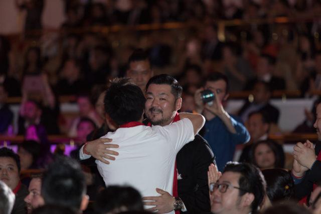 男性が二人喜んで抱き合っている写真