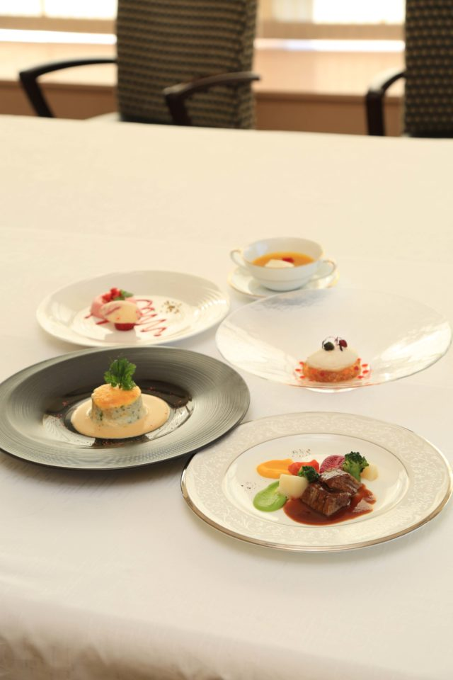 一見普通のフランス料理にしか見えない、ユニバーサルデザインフードの「やわらかフレンチ」のコースの写真