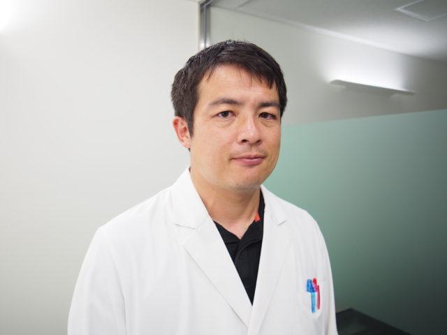 白衣姿の漬物博士の写真