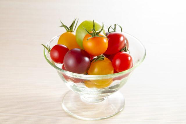 透明な器に盛られたカラフルなミニトマトの写真