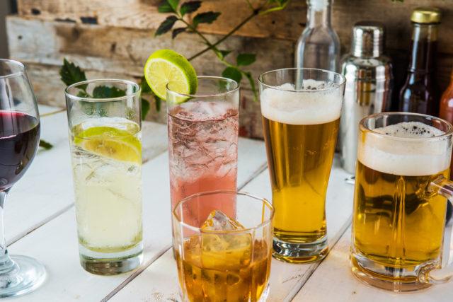 ビールやカクテル、ワインなどさまざまなお酒が並んでいる写真