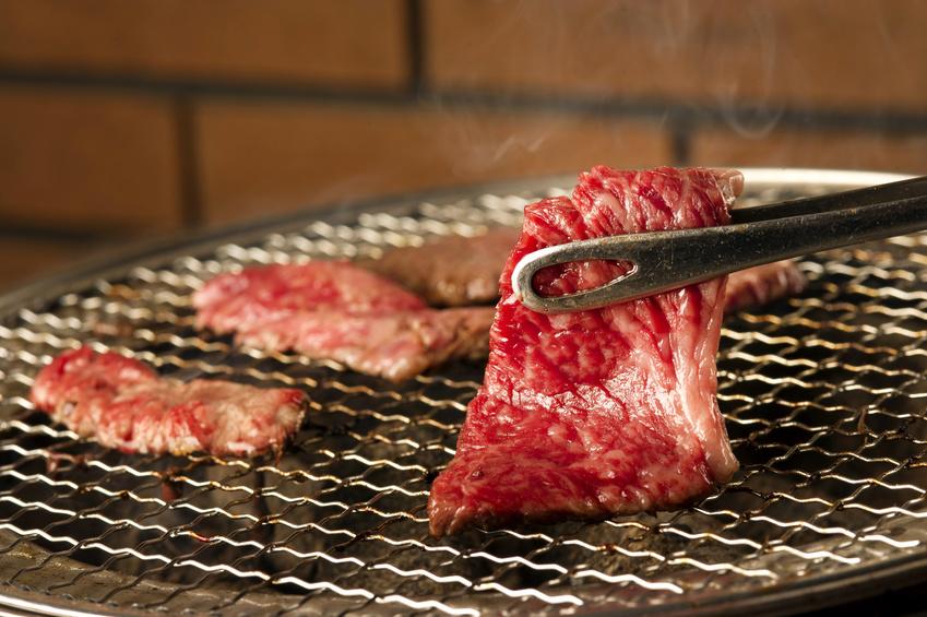 網の上で焼かれている肉の写真