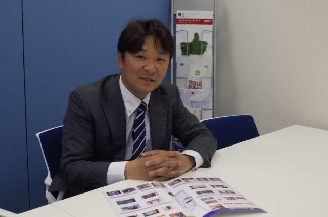 スーツ姿の「株式会社ダイキョウクリーン」取締役 津田政房さんの写真