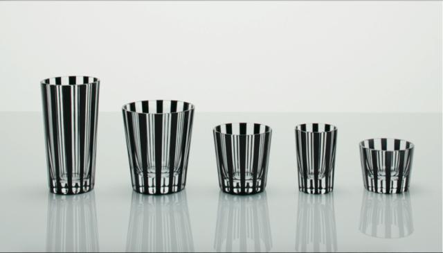 黒のストライプ模様が入った様々な形のグラスが5つ置かれた写真