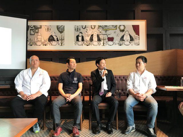 登壇者4名が椅子に座っている集合写真
