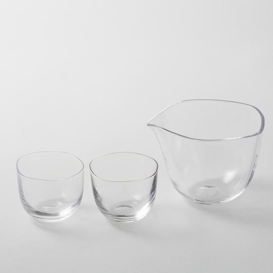 ガラスのおちょこのようなフォルムのグラスの写真