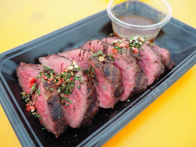 ミディアムレア状態の厚切りステーキの写真