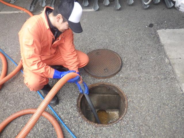 排水管の清掃をしている様子の写真