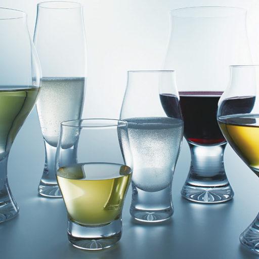 様々な形のグラスに様々な液体が入っている写真