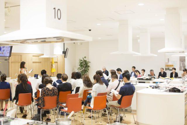 審査員、参加者等、席に座っている会場の様子