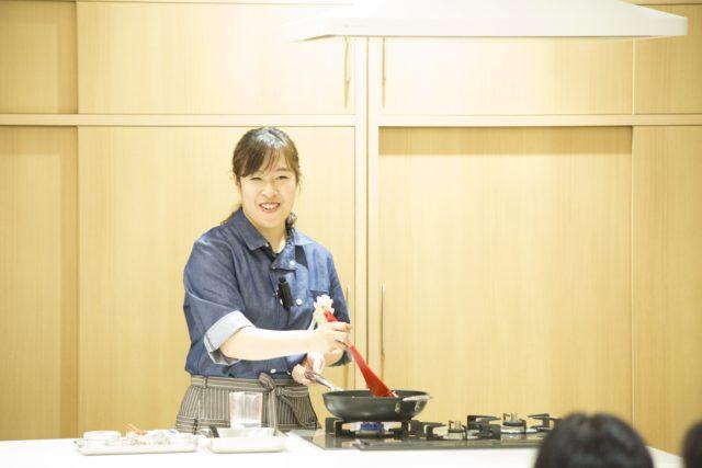 フライパンで調理をする橋本さんの写真