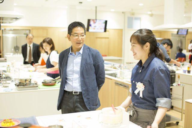 審査員と笑顔で会話をする参加者の写真
