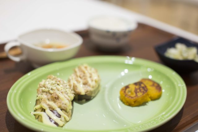 「なすのツナマヨ焼き」と付けあわせの「南瓜餅」の写真