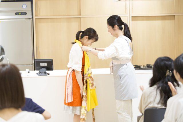 トロフィーエプロンを授与されている高山さんの写真