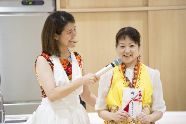 笑顔でコメントをする高山さんの写真