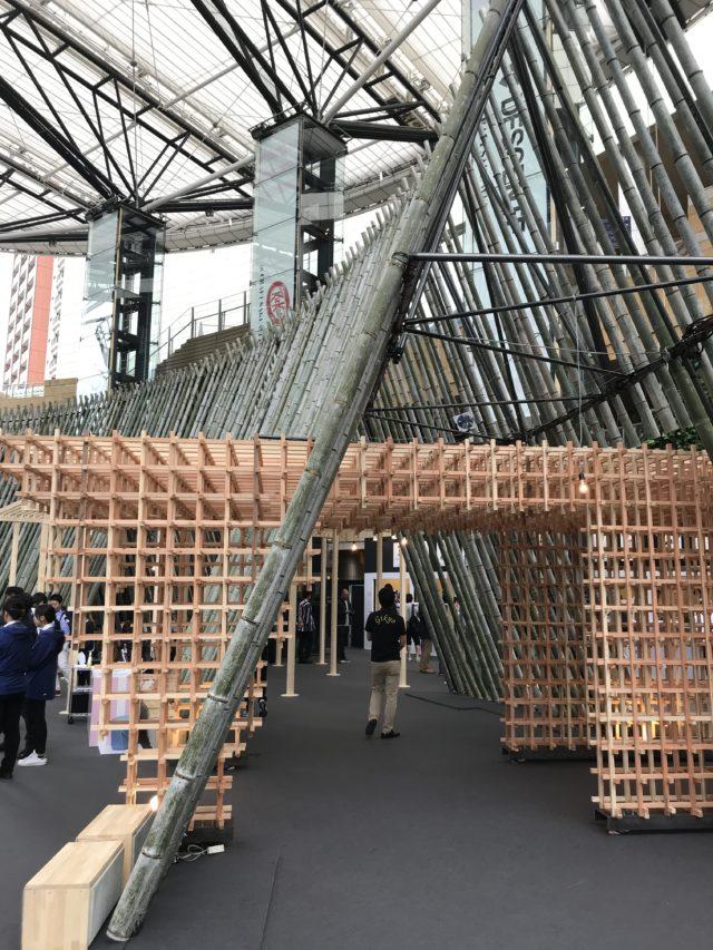 竹で組まれた回廊の写真