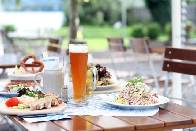 おしゃれな料理とビールの画像