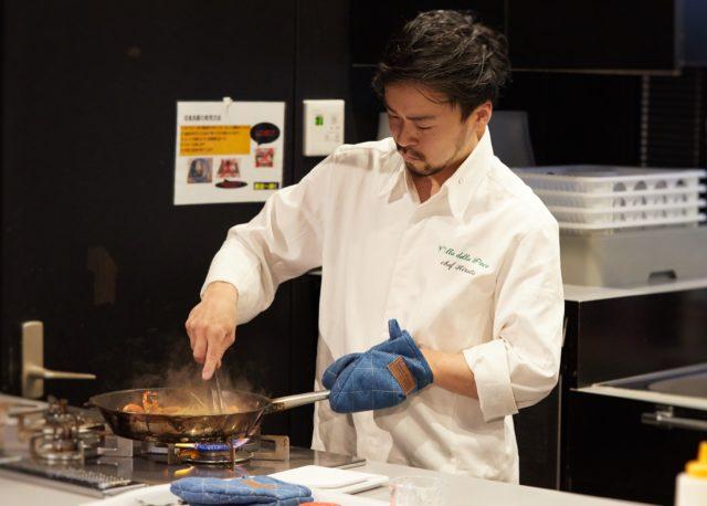 平田明珠シェフがフライパンで調理している写真