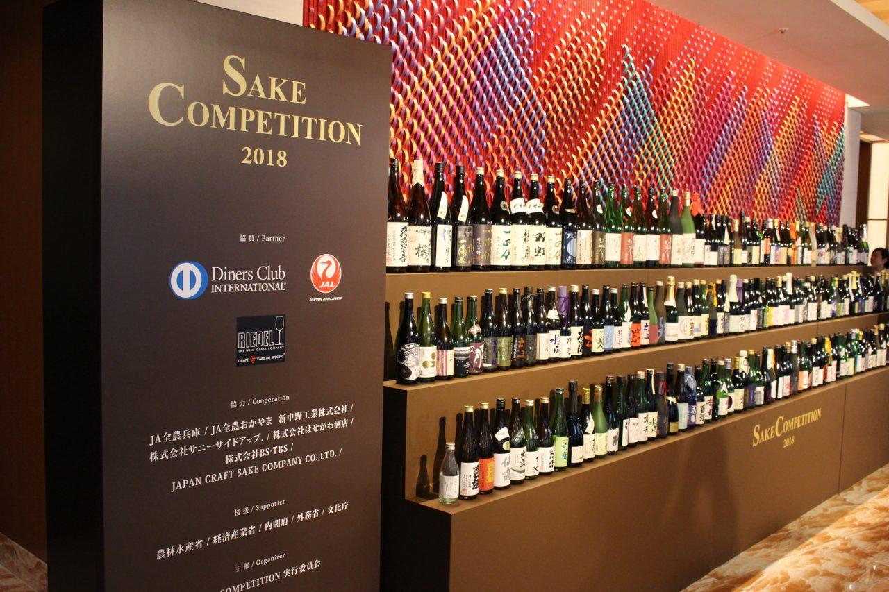 ずらっと3段に並べられた日本酒とSAKE COMPETITIONの写真