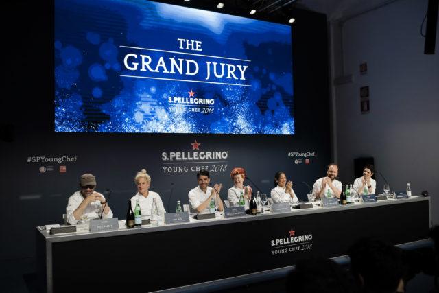 決勝大会の審査員7名が長テーブルに座っている写真