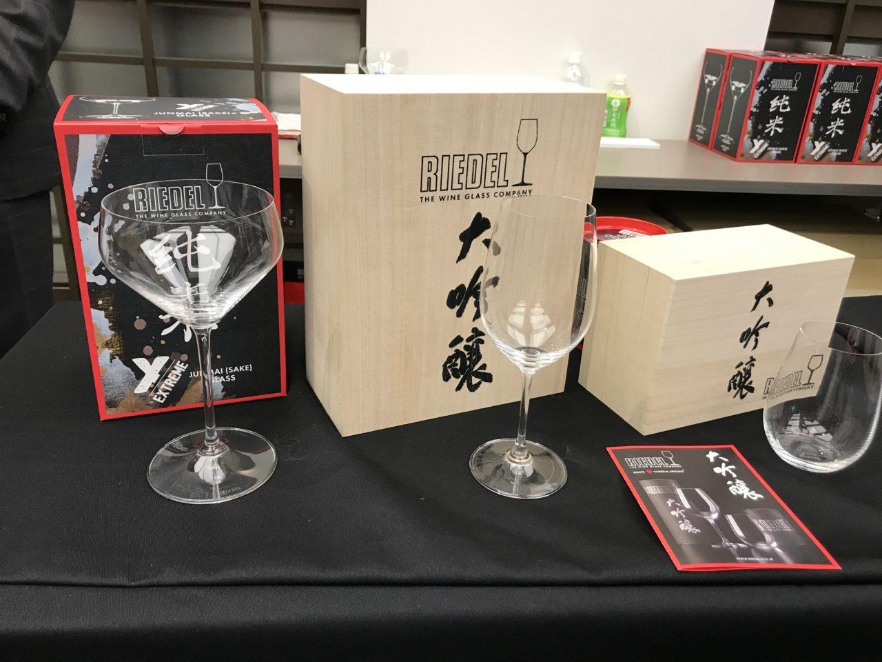 リーデルのグラスと大吟醸の写真