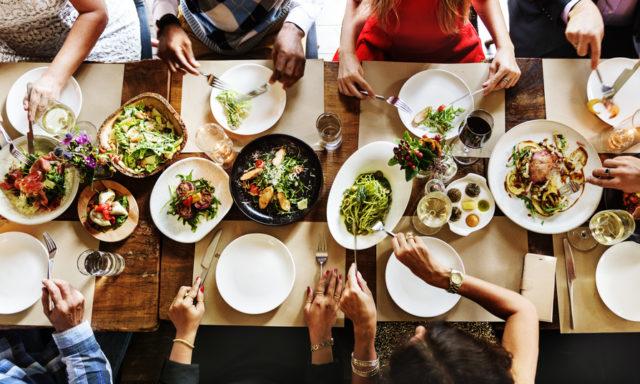 パーティーの食卓の様子の写真