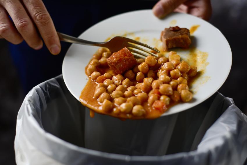食べ物をゴミ箱に捨てている写真