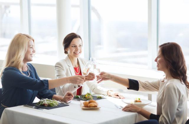 女性3人が乾杯している画像