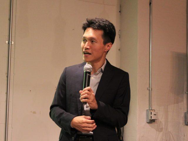株式会社GAIAX代表執行役社長の上田さんがマイクを持っている写真