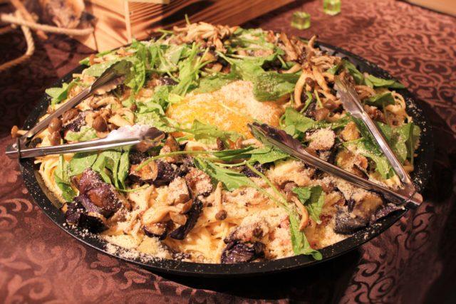ダチョウの卵を使って作ったカルボナーラが大皿に盛り付けられている写真