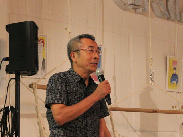 株式会社フードリンクグループ代表取締役の安田さんがマイクを持っている写真