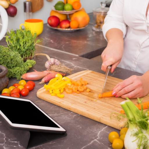 タブレットを見ながら料理をしている写真