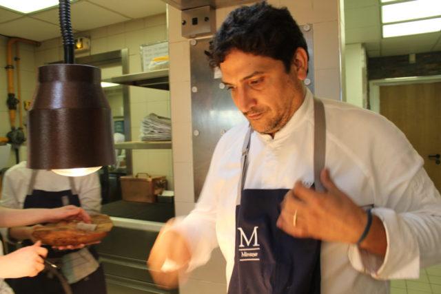 料理をするコラグレコ氏